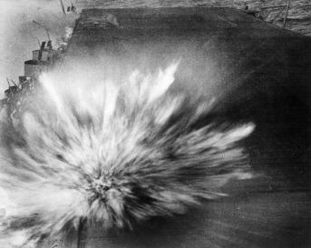 USS_enterprise-bomb_hit-Bat_eastern_Solomons